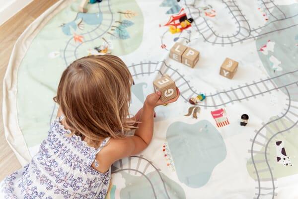 PlayandGo_train-kids-playing-blocks